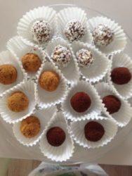 Dadel amandel bonbons, per 5 stuks, € 2,50